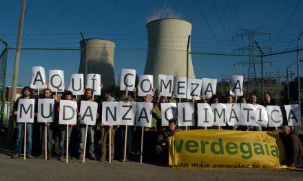"""Activistas de Verdegaia constrúen o lema """"AQUÍ COMEZA A MUDANZA CLIMÁTICA"""" nas Pontes"""