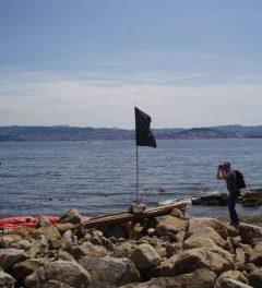 Dúas bandeiras negras no porto de Massó (Cangas)