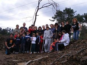 Nenas y nenos plantan unhas 1500 arboriñas autóctonas